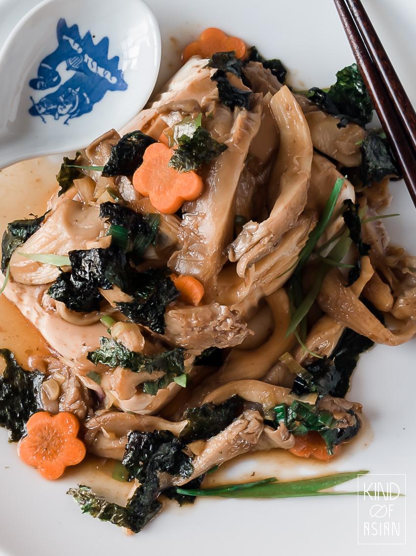 Dit gerecht van Chinese zijden tofu met oesterzwammen is geïnspireerd op de Chinese gestoomde zeebaars met gember en bosui. Mild en vol van smaak. De oesterzwammen geven dit gerecht een stevige bite.
