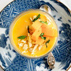Een lichte vegan Chinese mangopudding met een zijdezachte textuur en de zomerse smaken van mango en limoen.Serveer met extra mango en vegan witte chocola.