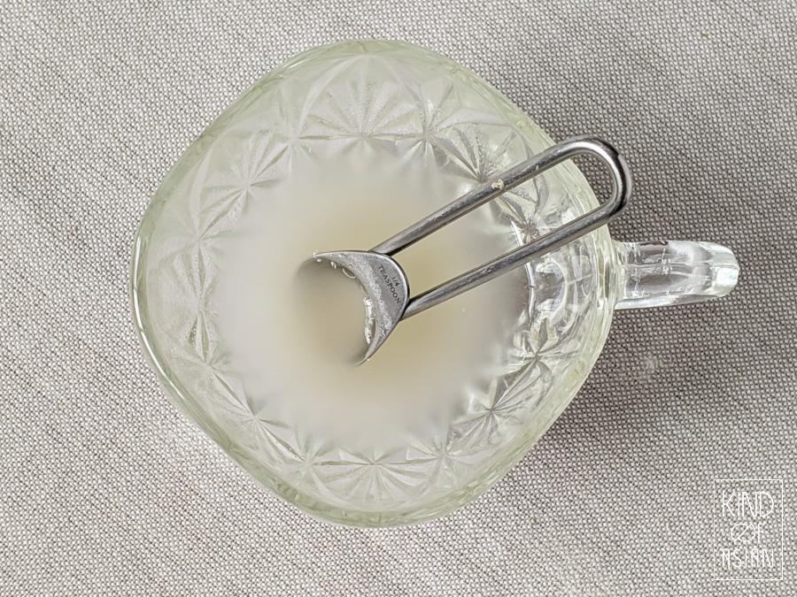 Week het agar agar poeder in een deel van het vocht dat je gebruikt voor een recept. voor vegan Chinese mangopudding