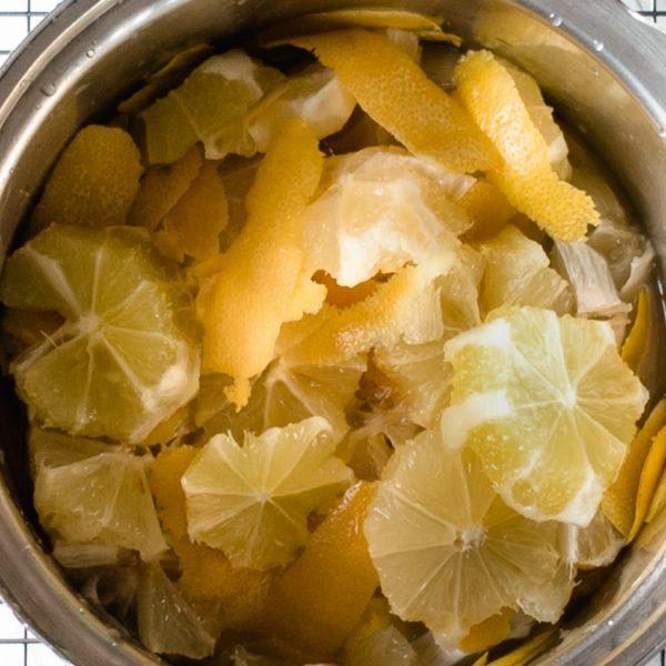 Met drie ingrediënten (zonder geleisuiker) maak je zelf deze multi-inzetbare en lang houdbare citroenmarmelade. Voeg gember, kaneel, steranijs naar smaak toe voor de variatie.