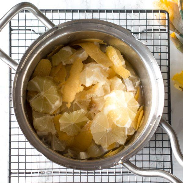 Deze marmelade met citroen en honing is heel veelzijdig. Gebruik hem voor je frosting, als limonadesiroop, als smaakmaker over vanille-ijs, of in een hartige zoetzure saus voor je wokgerecht.