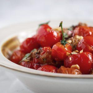 Deze zoete geroosterde tomaten zijn heerlijk als bijgerecht of in een Aziatische (noedel-)salade. Je kan ze een dag van tevoren maken, dan zijn ze de volgende dag nog intenser van smaak.