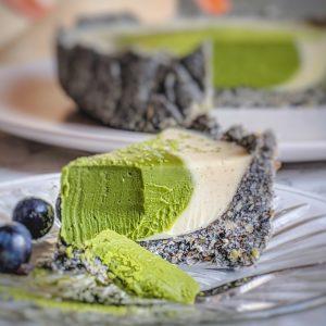 Deze no bake vegan matcha taart is niet alleen heel lekker maar ook makkelijk te maken en zo in het mandje mee te nemen naar een picknick of feestje. De intense smaken van de matcha en nootachtige zwarte sesam geven de witte chocolade een lekkere kick! #nobaktaart #matchataart #vegantaart #vegannagerechten
