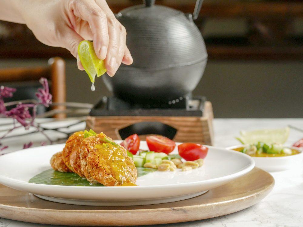 Pittig door de rode currypasta en fris door het limoenblad. Deze Thaise vegan 'viskoekjes' van zoete aardappel smaken net zo smaakvol als de versie met vis.