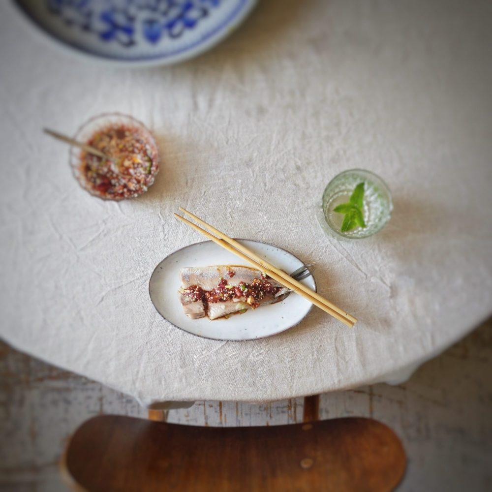 Haring met pittige Koreaanse saus. De krokante sesam en rode ui in de saus zorgen voor een fijne bite bij de zachte haring.