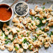 Geroosterde bloemkool in een Sichuan sesamsaus met zwarte azijn en pittige 'verdovende' Sichuanpeper. Een vegan versie van de Sichuan 'Bang Bang Chicken',
