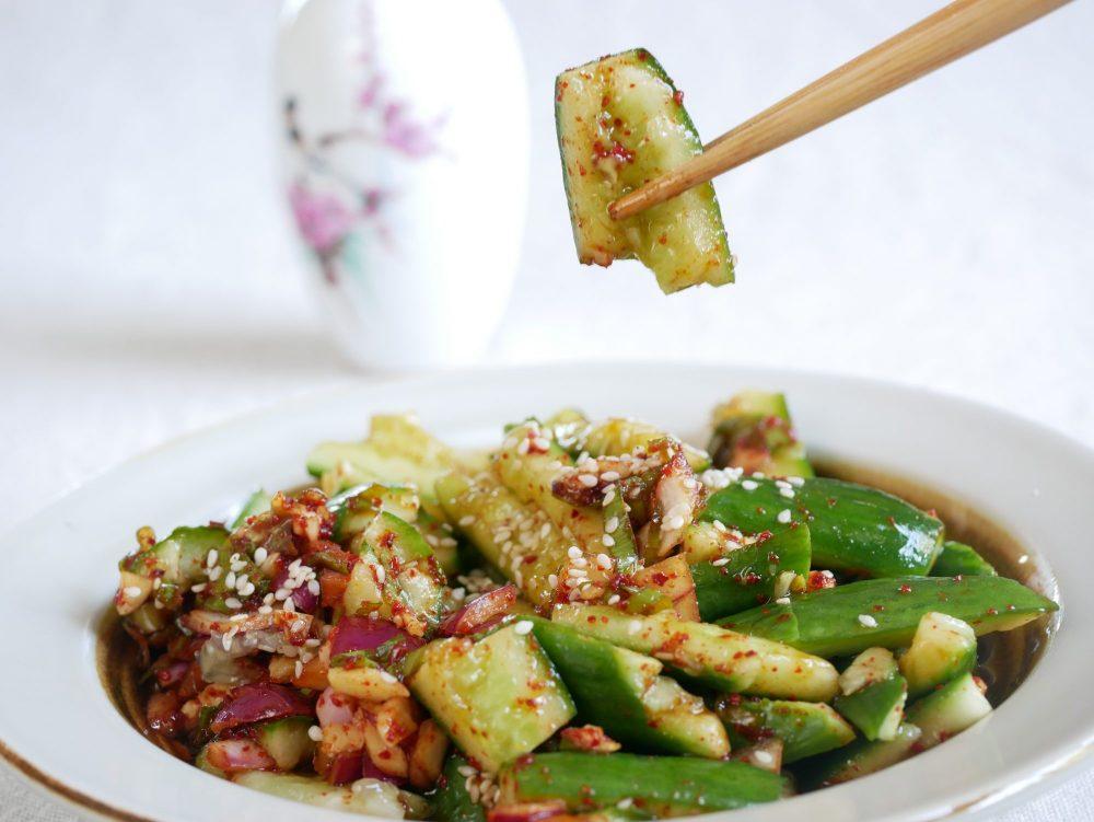 De smacked komkommer in pittige Sichuan peper en zwarte azijn is door de complexe smaken van de saus een volwaardig gerecht.