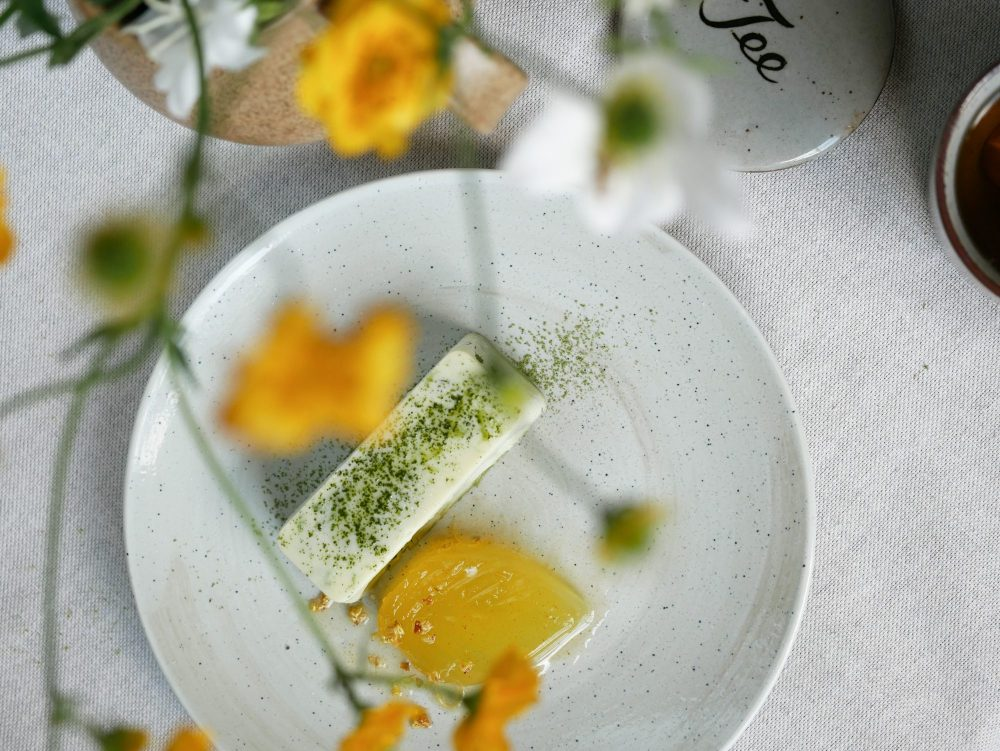 The creamy coconut milk mousse with Japanese matcha has a full, creamy texture and is grassy and slightly sweet in taste. The soft lemon jelly is refreshingly sweet and sour due to the nectar-like taste and smell of osmanthus. The nice contrast between the mousse and jelly is perfectly complemented by a subtle layer of crunchy and sweet white chocolate.