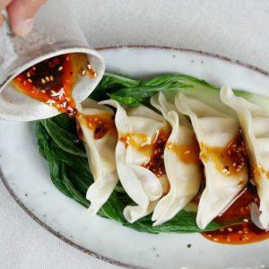 Maak zelf aromatische Sichuan chili olie voor dumplings en andere gerechten uit Sichuan. Of als geurige vervanger van olijfolie door couscous en salades.