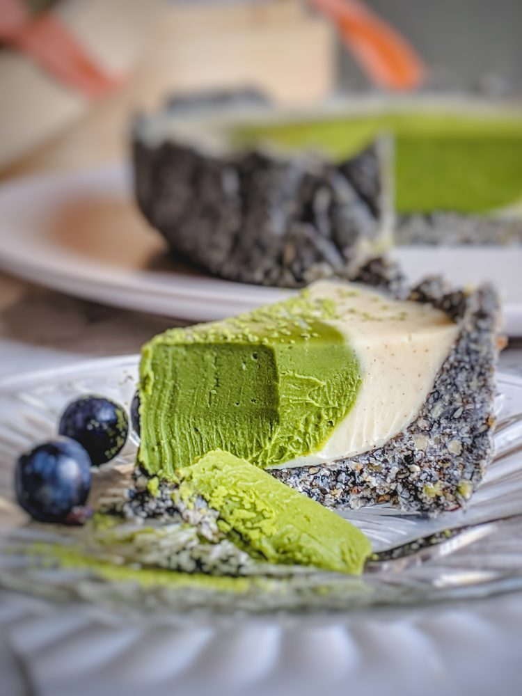 Deze no bake matcha taart is niet alleen heel lekker maar ook makkelijk te maken en zo in het mandje mee te nemen naar een picknick of feestje. De intense smaken van de matcha en nootachtige zwarte sesam geven de witte chocolade een lekkere kick! #vegannagerecht #vegantaart #matchadesserts #groenethee