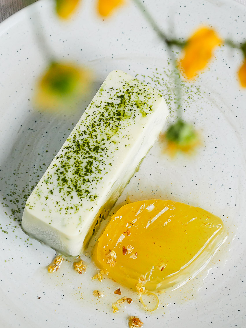 De romige matcha mousse en citroenjelly met osmanthus-bloemetjes combineert romig en grassig met fris en bloemig. Een verrassend en vegan nagerecht. dat van tevoren klaargemaakt kan worden.
