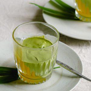 De romige matcha mousse en citroenjelly met osmanthus-bloemetjes combineert romig en grassig met fris en bloemig. Een verrassend en vegan nagerecht..