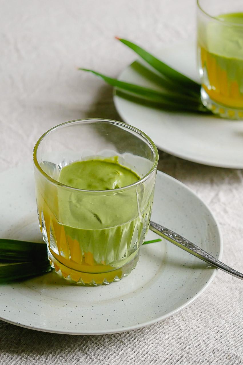 De romige matcha mousse en citroenjelly met osmanthus-bloemetjes combineert romig en grassig met fris en bloemig. Een verrassend en vegan nagerecht.