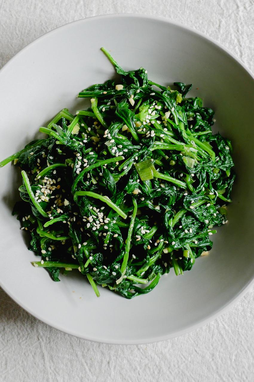 Dit gaat je favoriete vegan spinazie-recept worden. Een heerlijk Koreaans bijgerecht dat van tevoren gemaakt kan worden, en koud of op kamertemperatuur wordt gegeten: spinazie met sesam, sigeumchi namul. #vegetarisch #groenten #makkelijk #snel