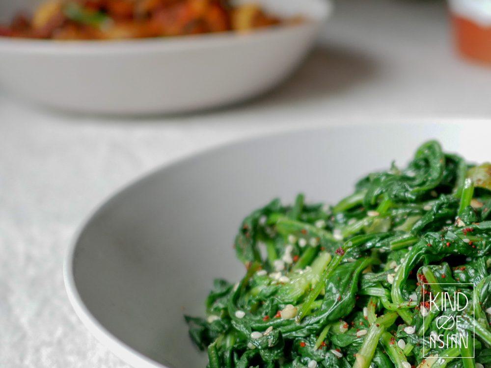 Snel en makkelijk te maken Koreaans bijgerecht met spinazie en sesam. Perfect voor een zomerse picknick of als bijgerecht bij een vlees- of tofugerecht.