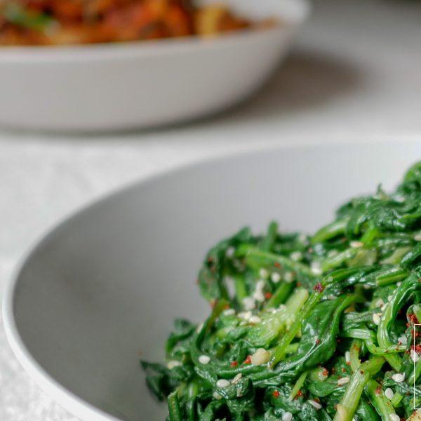 Snel en makkelijk te maken Koreaanse bijgerecht met spinazie en sesam. Perfect voor een zomerse picknick of als bijgerecht bij een vlees- of tofugerecht.