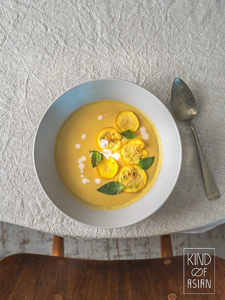Dit is een vegan tom kha maar dan net anders. De vegan Thaise kokossoep is met gele courgette: romig en zijdezacht, friszuur en pittig door de geurige Thaise smaakmakers. #vegankokossoep #veganthais #vegantomkha #thaisvegetarisch #vegansoep
