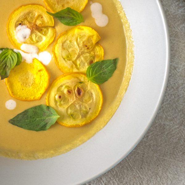 Soms heb je ook in de zomer zin in een stevige soep met veel groente. Maar wel een die fris en zomers smaakt. Zoals deze vegan Thaise kokossoep met gele courgette: romig en zijdezacht, friszuur en pittig door de geurige Thaise smaakmakers.