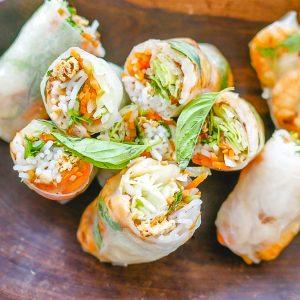 Voor de lekkerste Vietnamese summer rolls of spring rolls moet de vulling de juiste mix van hartig en frisse smaken EN de juiste balans in texturen hebben. Lastig, maar ik vertel je hoe wij dat deden in ons restaurant. Bedenk je eigen vulling voor de perfecte Vietnamese summer roll met mijn tips!
