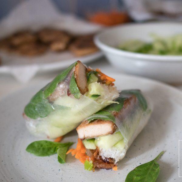 De tofu in deze summer roll is stevig van textuur en smaakvol door de citroengras-marinade. De vulling van deze vegan Vietnamese summer rolls is zo hartig en fris van smaak dat carnivoren smeken om meer!