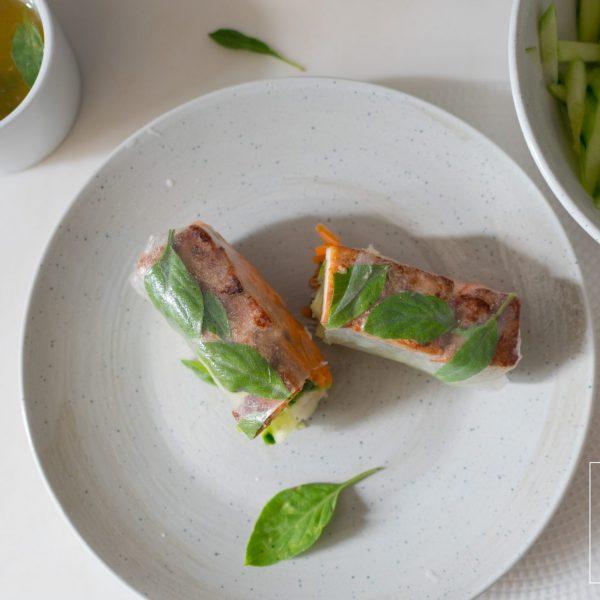De tofu in deze summer roll is stevig en smaakvol door de citroengras-marinade. De vulling van deze vegan Vietnamese summer rolls is zo hartig en fris van smaak dat carnivoren smeken om meer!