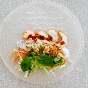 Voor de lekkerste Vietnamese summer rolls of spring rolls moet de vulling de juiste mix van hartig en frisse smaken EN de juiste balans in texturen hebben. Lastig, maar ik vertel je hoe je wij dat deden in ons restaurant. Bedenk je eigen vulling voor de perfecte Vietnamese summer roll met mijn tips!