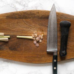 Citroengras snijden voor vegan Thaise groene currypasta