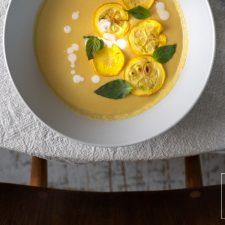 Soms heb je ook in de zomer zin in een stevige soep met veel groente. Maar wel een die fris en zomers smaakt. Zoals deze kokossoep met gele courgette: romig en zijdenzacht, friszuur, pittig en bomvol geurige Thaise smaakmakers.