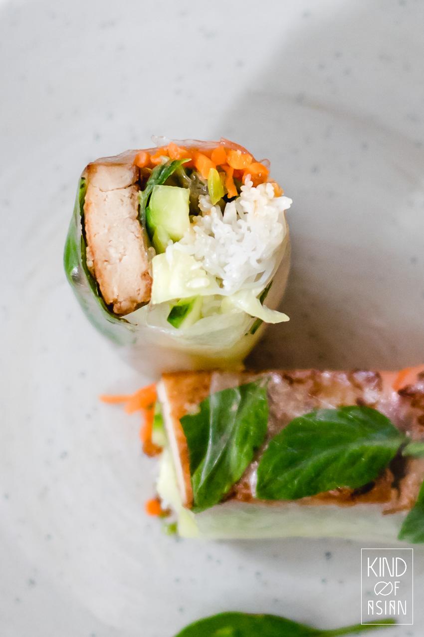 De krokante en hartige tofu in deze vegan Vietnamese summer roll is stevig van textuur en smaakvol door de citroengras-marinade. Samen met de ingemaakte wortel en rauwkost de ideale mix van hartig en fris!