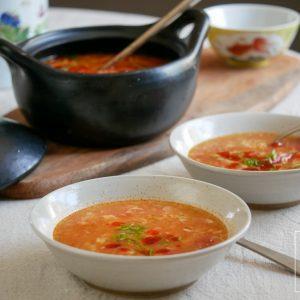 Verse Chinese tomatensoep met gember, bosui en ei dat gegaard wordt in de hete soep. Licht, vegetarisch, gezond en met 10 minuten op tafel!