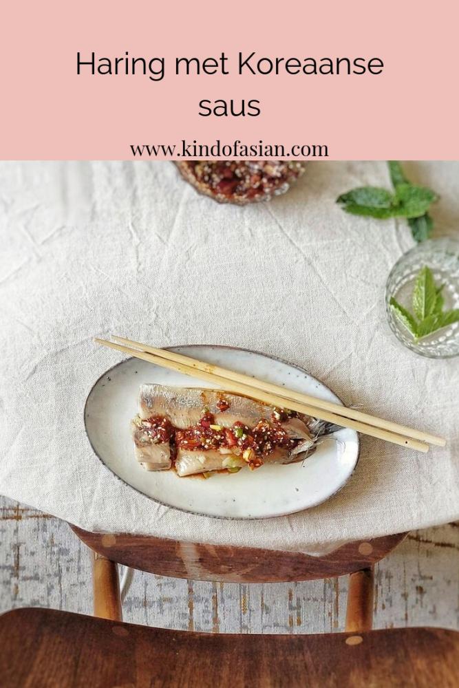 De saus van Koreaanse chilipoeder, krokante sesam, rode ui, rijstazijn en sojasaus combineert perfect met de haring.