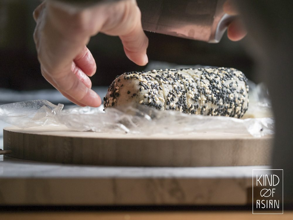 With a 4-ingredient base dough you can easily make the tastiest vegan cookies with matcha, osmanthus and black sesame.
