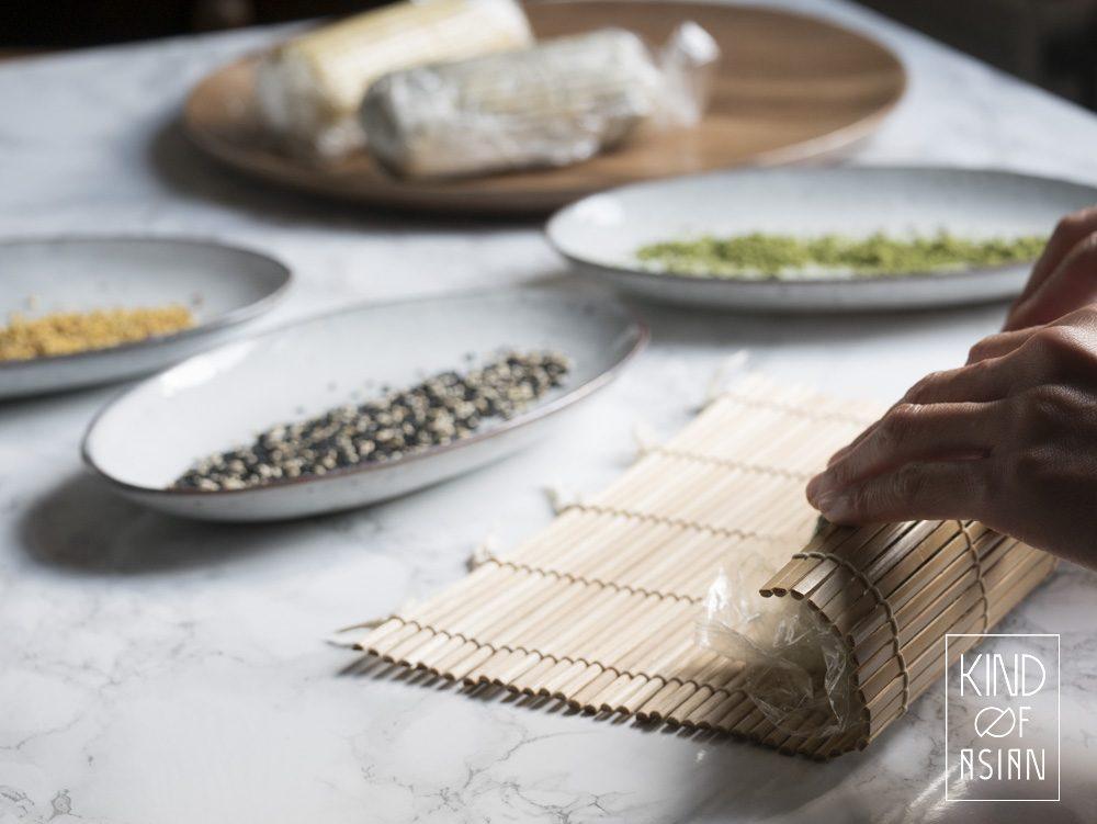 Rol met een sushi matje het koekjesdeeg