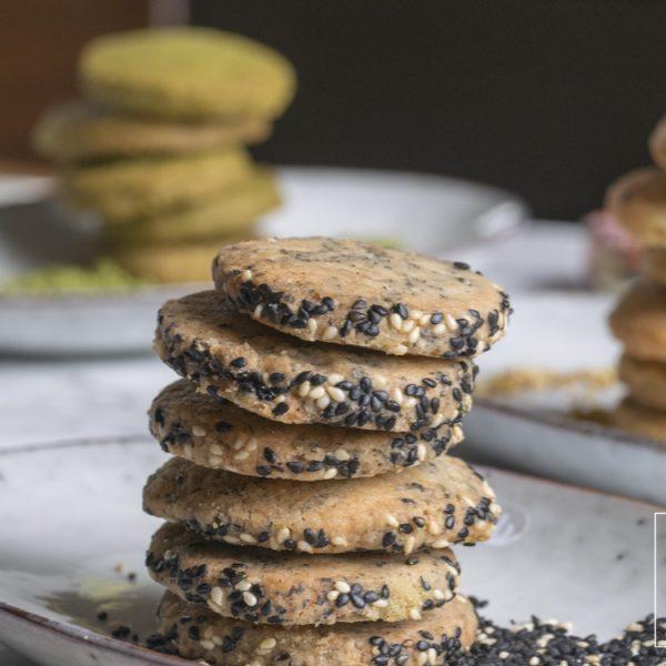Met een 4-ingredienten basisdeeg maak je heel makkelijk de lekkerste vegan koekjes met matcha, osmanthus en zwarte sesam.
