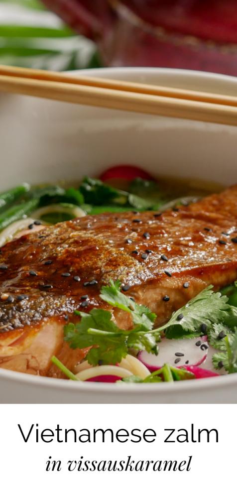 Op de huid gebakken Vietnamese zalm in een laagje sticky vissauskaramel. Denk aan zachte zalm met een krokante huid die smaakt naar zeewier en karamel.