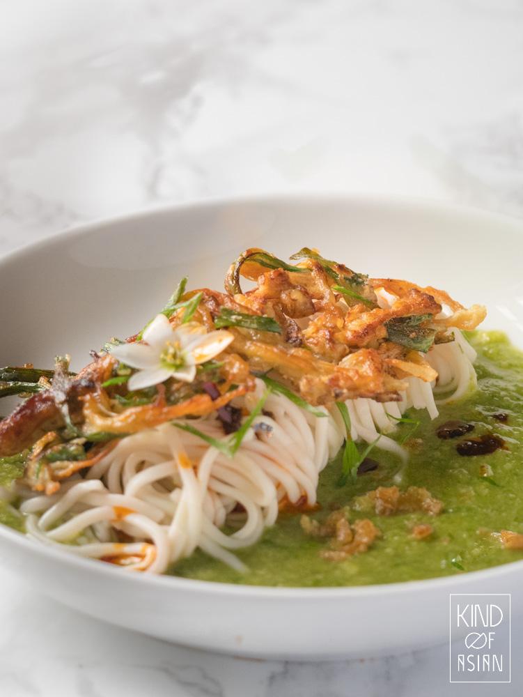 Simpel vegan recept voor krokant gefrituurde enoki en Chinese noedels in een milde saus van lente-ui en gember. Heerlijk voor een doordeweekse bankavond maar het gerecht is spannend genoeg voor een chicetentje! #noedels #veganrecept #vegetarischrecept #Chinesenoedels