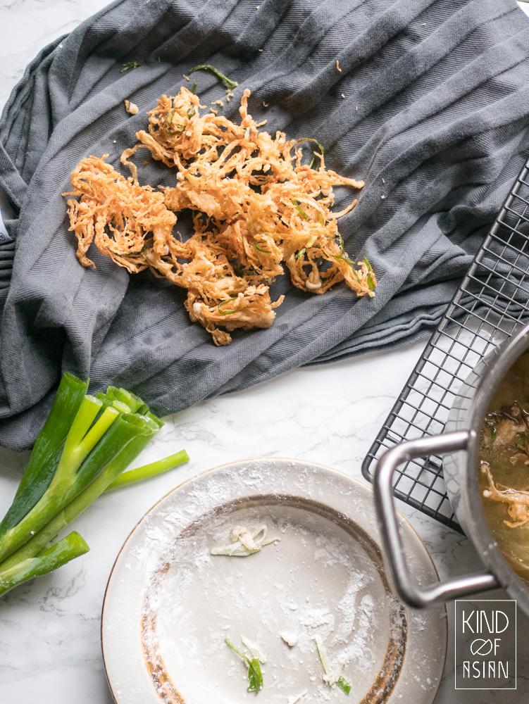 Dep de warme gefrituurde paddenstoelen droog met een schone theedoek.