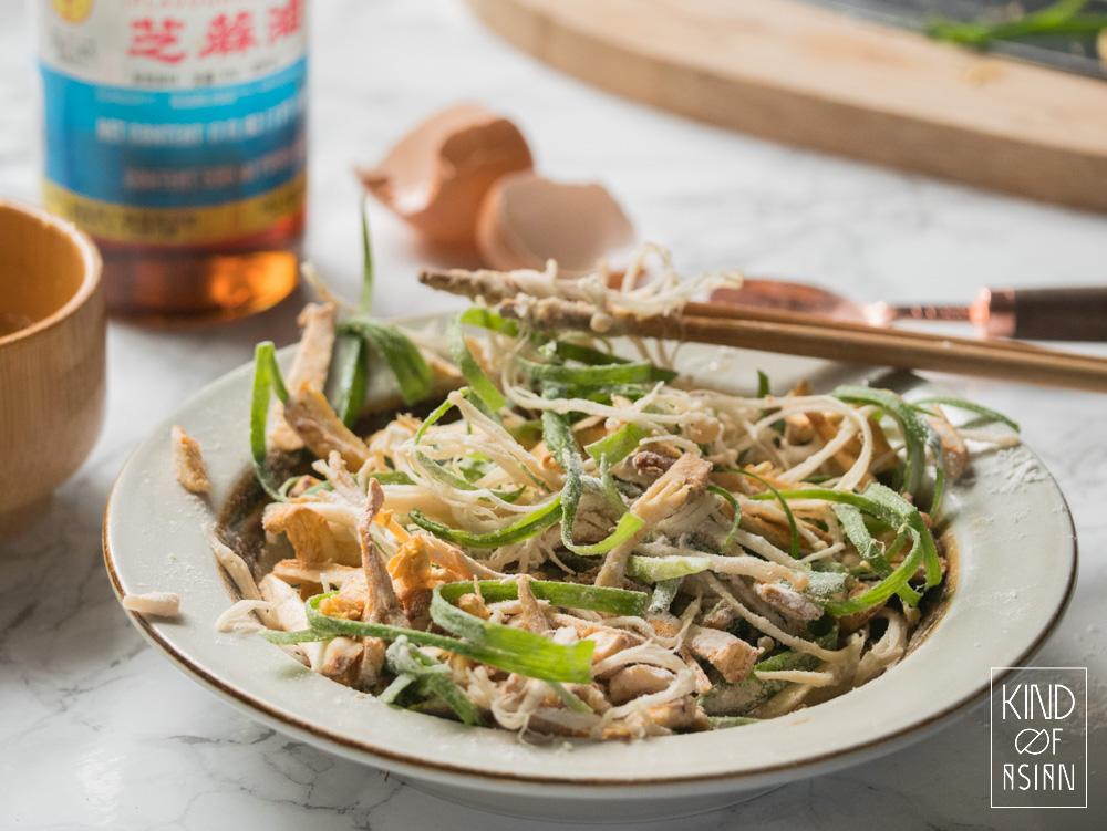 Frituur enoki en bosui krokant met rijstbloem. De enoki blijft zeker een dag krokant.