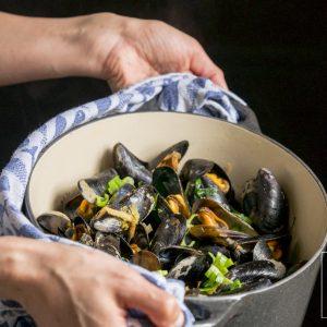 Gestoomde mosselen in de Chinese oestersaus met gember, chili, knoflook en bleekselderij. Serveer met gestoomde groenten en rijst of noedels voor een Chinees diner.