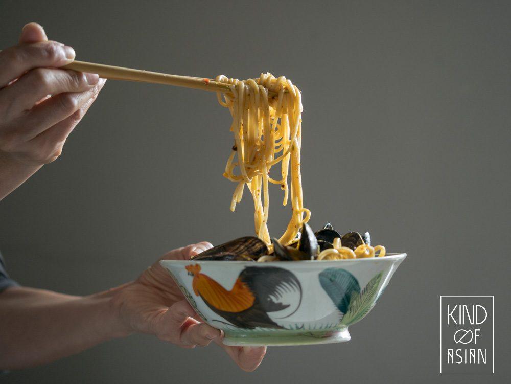 Verse Chinese noedels in mosselbouillon en aromatische Sichuan chili olie