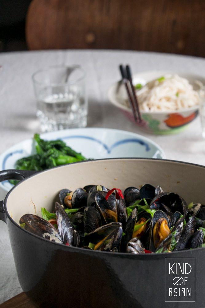 Smaakvolle gestoomde mosselen in de Chinese oestersaus met gember, chili, knoflook en bleekselderij. Serveer met gestoomde groenten en noedels in chili olie voor een Chinees diner.