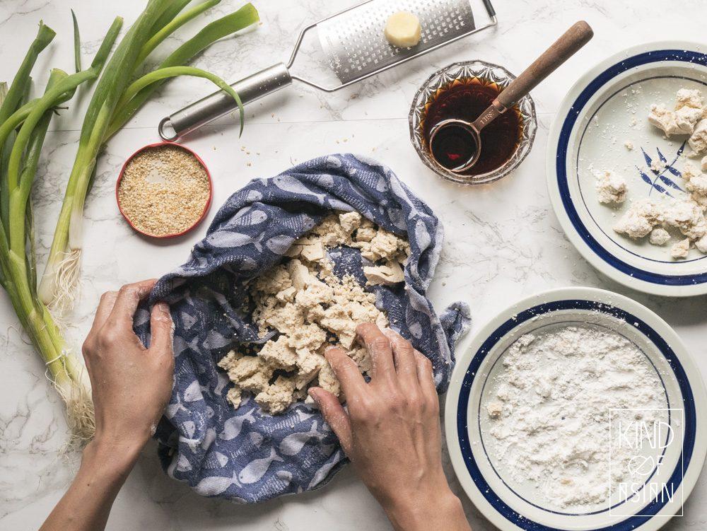 Voor de meeste mensen is tofu smakelijk bereiden nog een groot mysterie. Hoe bereid je tofu als een chef? Ik ga meerdere bereidingswijzen bespreken; deze keer een makkelijk recept voor vlezige tofu in zoete en hartige teriyaki-saus.