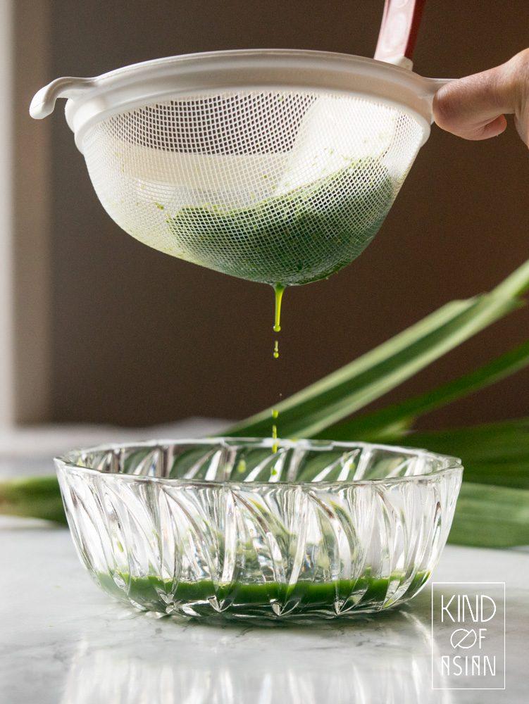 Voor pandan extract heb je alleen een blender en vers of diepvries pandanblad nodig. Een paar druppels van dit extract kleurt je nagerecht mooi groen en geurt het naar vanille en jonge kokosnoot.