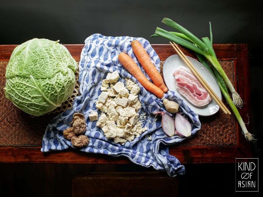 Ingredienten voor de gestoomde koolrolletjes: shiitakes, tofu, spek, wortel en bosui. Chinees recept met weinig vlees.