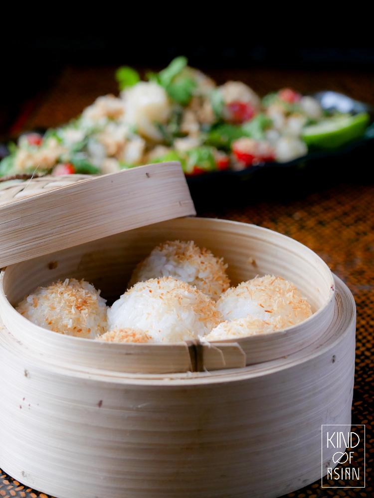 Goed gestoomde Thaise kleefrijst is geurig en perfect chewy. Hoe je de Thaise kleefrijst stoomt leg ik je graag uit.
