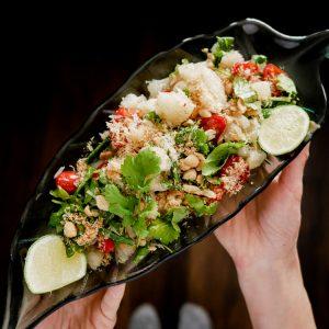 Pittige Thaise pomelo salade met gedroogde garnaaltjes.