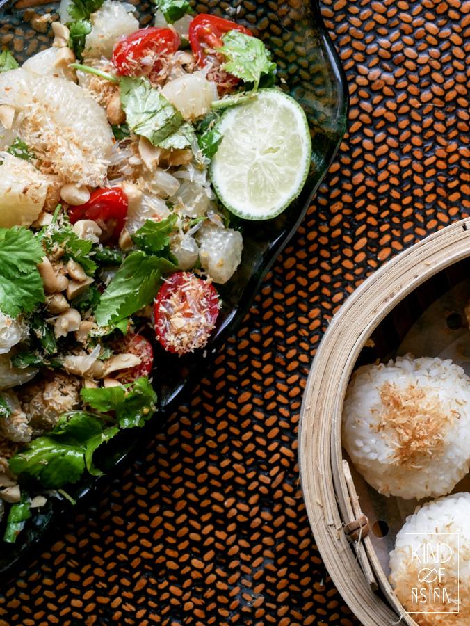 Thaise pomelo salade met gedroogde garnaaltjes in pittige dressing van ziltige vissaus, Thaise pepertjes, palmsuiker en limoen. Eet deze salade met gestoomde witte kleefrijst.