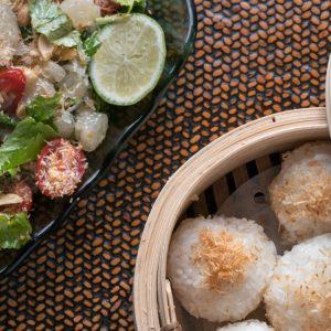 Thaise kleefrijst is geurig, chewy en fluffy. Niet zo kleverig als de naam doet vermoeden. Ik leg je hier uit hoe je Thaise kleefrijst stoomt met slechts een metalen zeef en een grote pan.