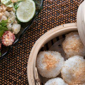 Serveer de geurige kleefrijst bij een Thaise pittige pomelo salade.