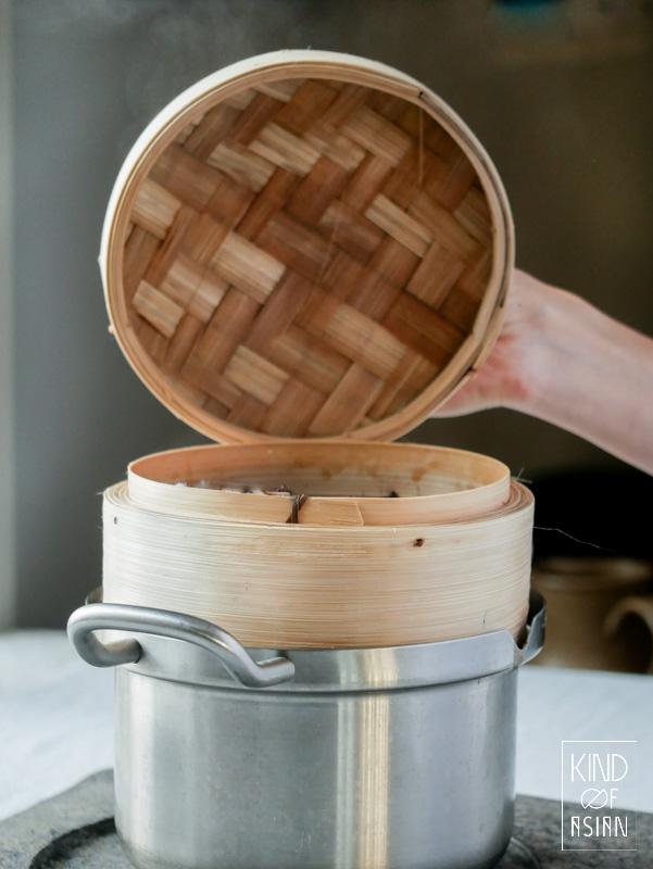 Zet een een Chinese bamboe stoommand op een pan voor het stomen van kleefrijst.